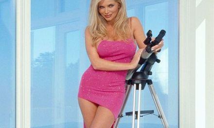 Victoria Zdrok is naar de buurman aan het gluren met haar nieuwe telescoop