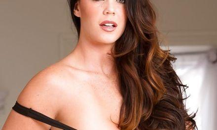 Alison Tyler doet een heerlijke striptease voordat ze aan de seks begint
