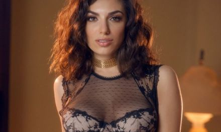Darcie Dolce, stijlvolle en elegante vrouw in mooie kanten lingerie