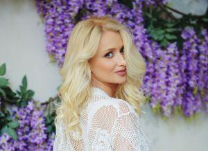 Nika N, een heerlijke blondine met harde ronde billen