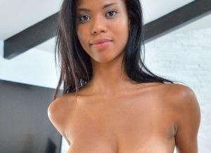 Ebony babe Nia Nacci heeft seks met de ex-vriend van haar BFF