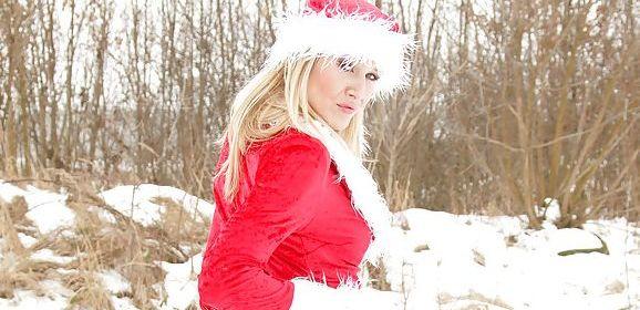 Een kerstmilf met mooie billen, loopt buiten in de sneeuw te rillen