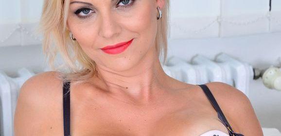 Kirsten Klark, een blonde hete moeder met grote borsten
