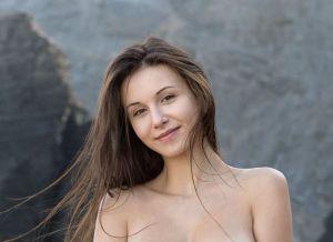 Alisa I, naakt tussen de rotsen