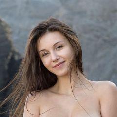 De naakte Alisa I steekt mooi af tegen de rotsen