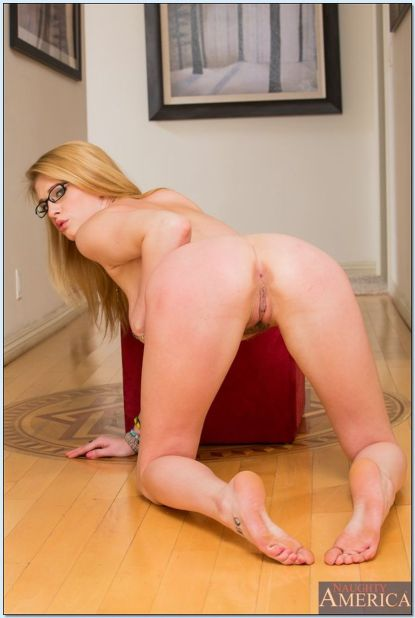 Allie-James-blonde-hete-tiener-gaat-naakt-15