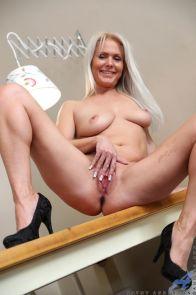 Kathy-Anderson-een-heerlijke-blonde-huisvrouw-14