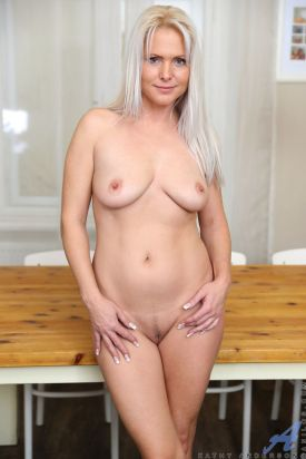 Kathy-Anderson-een-heerlijke-blonde-huisvrouw-15