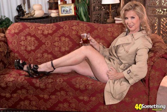 Laura-Layne-knappe-mature-babe-met-grote-borsten-01