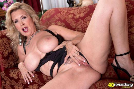 Laura-Layne-knappe-mature-babe-met-grote-borsten-10