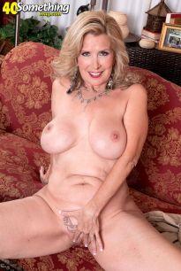Laura-Layne-knappe-mature-babe-met-grote-borsten-13