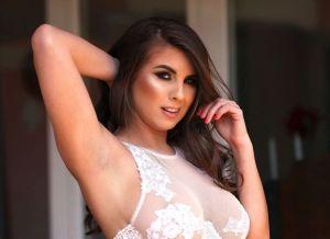 Sarah McDonald heeft mooie witte doorkijklingerie aan