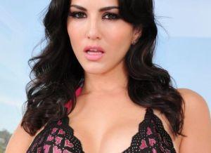 Sunny Leone trekt haar sexy ondergoed uit