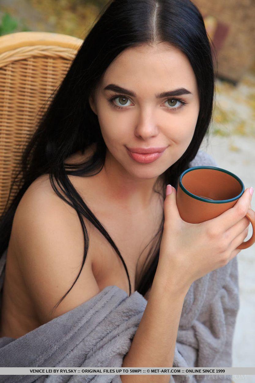 Venice Lei, eerst koffie en dan buiten naakt