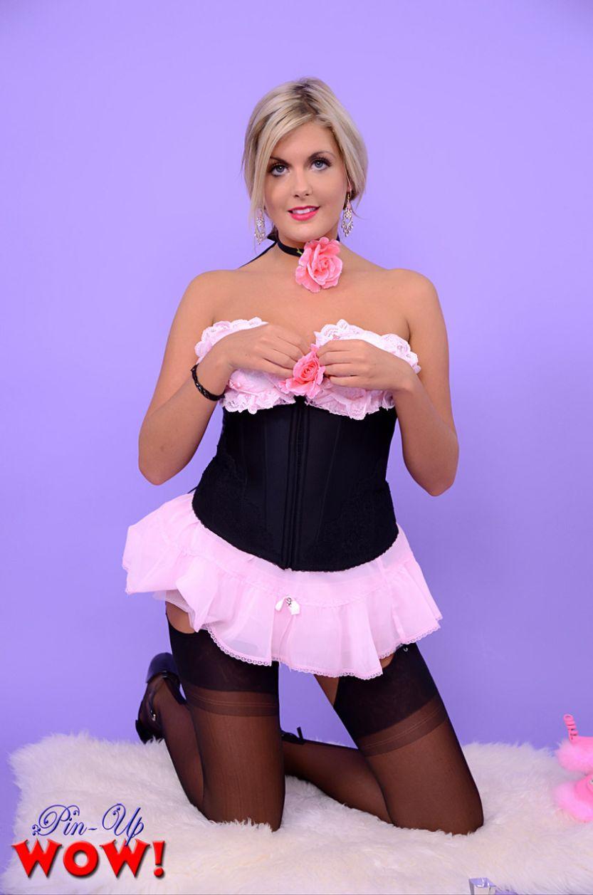Blonde huisvrouw poseert in hele mooie en sexy lingerie