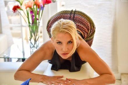 Ashley-Fires-geile-blonde-milf-doet-een-striptease-08