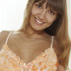 Athena, mooie grote borsten, trekt haar doorkijk lingerie-dingetje uit