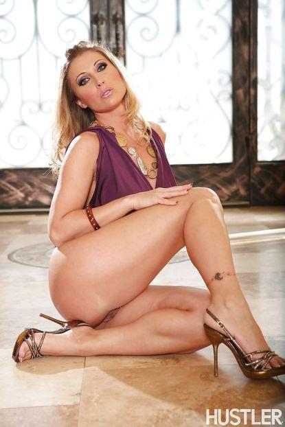 Devon-Lee-blonde-pornoster-met-grote-tieten-gaat-naakt-09