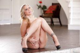 Julia-Ann-volle-blonde-milf-krijgt-zaad-over-haar-tieten-14