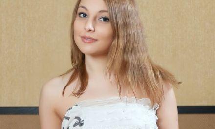 Nikia A, jonge knappe vrouw is erotisch opwindend aan het doen