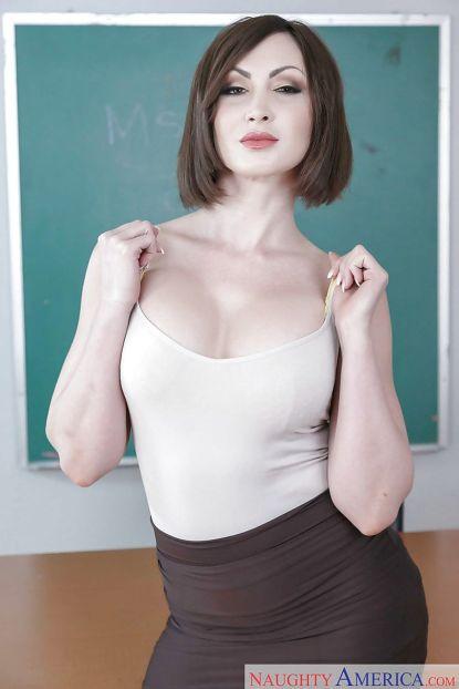 Yasmin-Scott-geile-oude-lerares-naakt-voor-de-klas-02