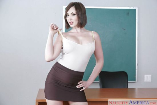 Yasmin-Scott-geile-oude-lerares-naakt-voor-de-klas-03