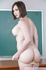 Yasmin-Scott-geile-oude-lerares-naakt-voor-de-klas-13