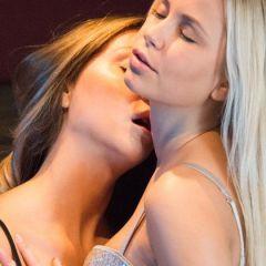 Twee knappe vriendinnen, Susie en Poppy, hebben erotische lesbische seks