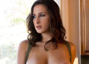 Ashley Adams doet erotisch voor het huiskamerraam