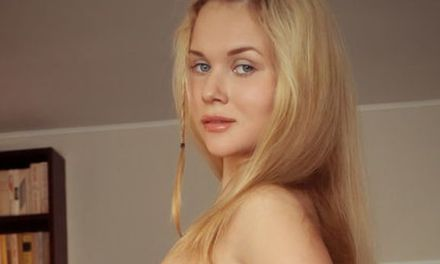 Caroline Abel, blond en grote tieten, heeft haar scooter in de huiskamer geparkeerd