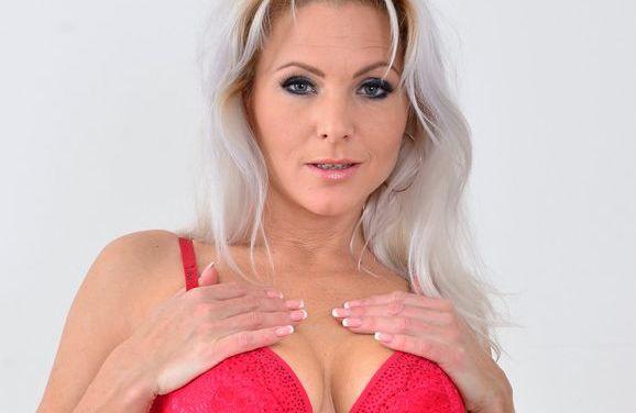 Kathy Anderson, geile blonde lingeriemilf, houdt alleen haar jarretels en panty's aan
