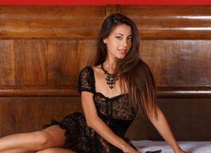 Lorena B, in sexy zwarte lingerie en naakt op bed