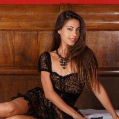 Lorena B ligt eerst in sexy lingerie, en dan naakt op bed