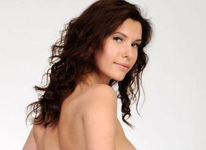Susi R, knappe brunette, grote borsten, schaamhaar en witte panty's
