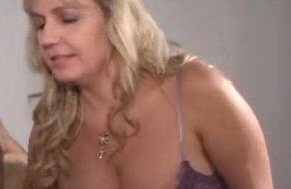Blonde mature vrouw, enorme tieten, is geil aan het pijpen