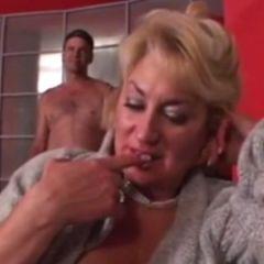 Oma met grote borsten, sexy lingerie, heeft seks met de beste vriend van haar kleinzoon