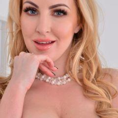Naakte Vrouwen, van een milf in sexy ondergoed tot in blondje in zwarte lingerie