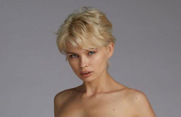Anna Lucos, blond en grote borsten, is nieuw en gaat naakt