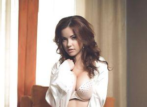 Elizabeth Marxs heeft sexy wit ondergoed aan