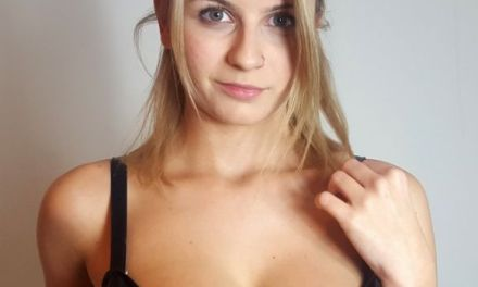 Isla White in sexy lingerie, ze pijpt en neukt haar vriend