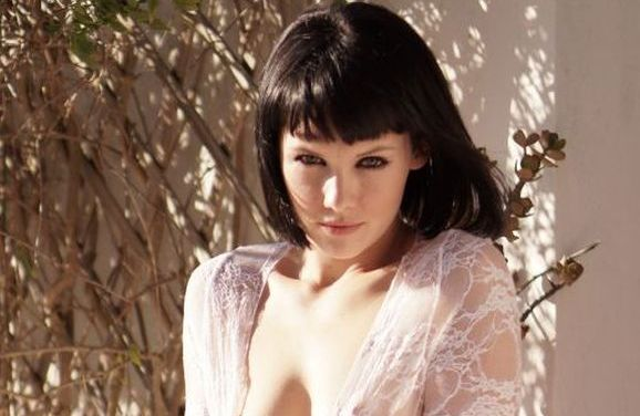 Mellisa Clarke, kort donker haar, gaat naakt in de achtertuin