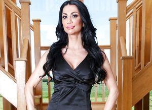 Valeria Visconti, geile Italiaanse milf wordt op de bank geneukt