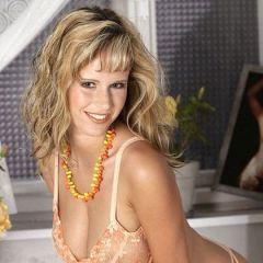 Zuzana Dabrinova solo, sexy lingerie en een sensuele striptease