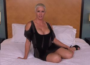 Geile cougar met grote tieten gaat los in een hotelkamer