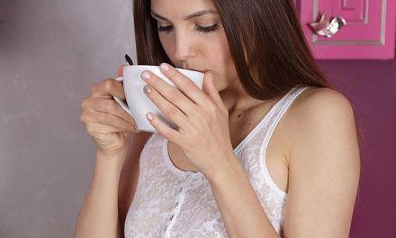 Alise Moreno, opgewonden in de ochtend, gaat naakt in haar roze keuken