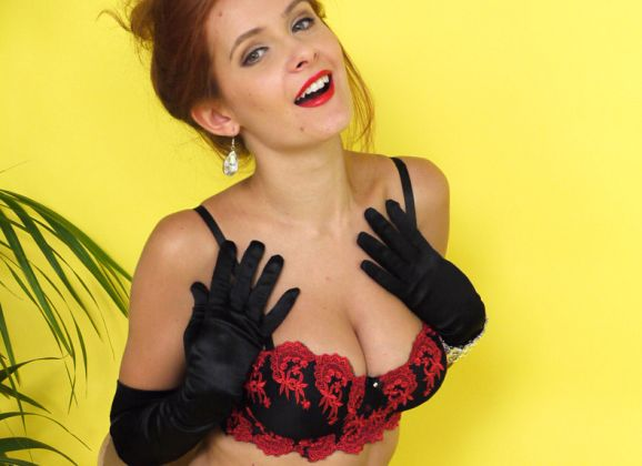 Elle Richie, mooie borsten, ziet er sexy uit in vintage lingerie