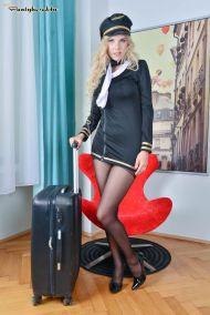 Florane-Russel-geile-stewardess-doet-een-striptease-01