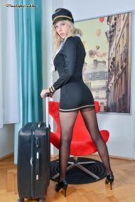 Florane-Russel-geile-stewardess-doet-een-striptease-02