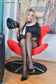 Florane-Russel-geile-stewardess-doet-een-striptease-04