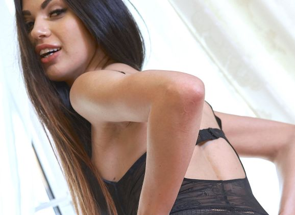 Kate Shoo, medium borsten en lekker kontje, heeft een sexy zwarte body aan